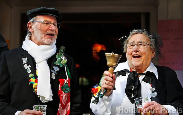 Boerenbruiloft optocht tijdens Carnaval in Venlo. Sinds het begin van de 20ste eeuw wordt in Venlo een Boerebroelof georganiseerd  op Vastenavond, de dinsdag van de carnaval. Er worden dan 2 echtelieden in de onecht verbonden.Mensen bekijken de optocht