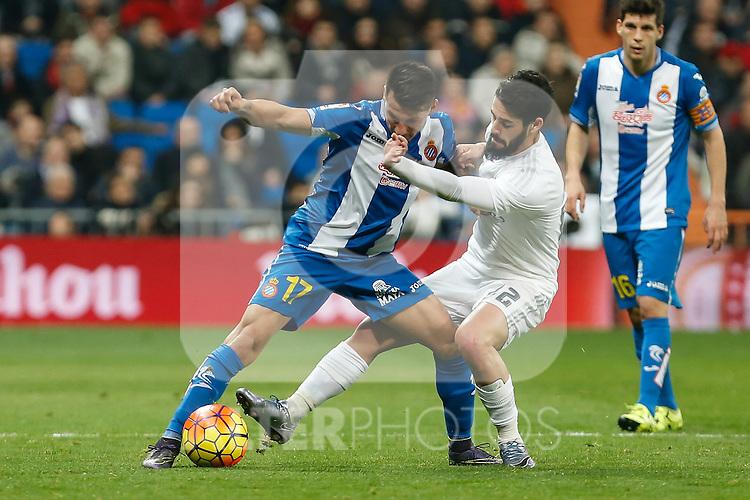 Real Madrid´s Isco (R) and Espanyol´s Hernan Perez during 2015/16 La Liga match between Real Madrid and Espanyol at Santiago Bernabeu stadium in Madrid, Spain. January 31, 2016. (ALTERPHOTOS/Victor Blanco)