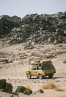 - northern Sudan, four wheels drive vehicle  travelling in the desert of Nubia....- Sudan settentrionale, veicolo fuoristrada in viaggio nel deserto di Nubia
