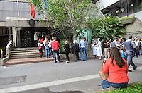 ATENCAO EDITOR IMAGEM EMBARGADA PARA VEICULOS INTERNACIONAIS - SAO PAULO, SP, 17 DE JANEIRO DE 2013. - FILA CONSULADO ITALIA - E grande a fila para atendimento no consulado italiano, na Avenida Paulista, regiao central, no inicio da manha desta quinta feira, 17.  (FOTO: ALEXANDRE MOREIRA / BRAZIL PHOTO PRESS).