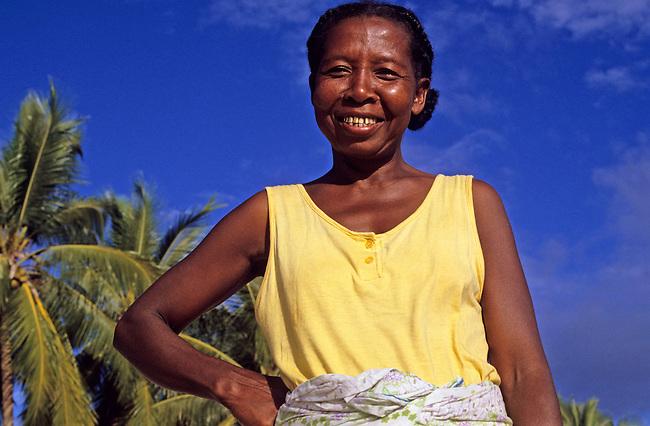 Une femme sur la plage de Ambatoloaka, ile de Nosy Be. *** A woman on the beach of Ambatoloaka, Nosy Be island.