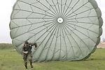 """Foto: VidiPhoto<br /> <br /> HETEREN – Amateurhistorici bereiden zich donderdag in de uiterwaarden bij het Gelderse Heteren voor als militaire reënactor, om de slag om de Betuwe tijdens de oktoberdagen van 1944 na te bootsen dit weekend. Naar verwachting arriveren er vrijdag zo'n 200 verklede soldaten van de beroemde Amerikaanse 101st Airborne Divisie en meer dan 150 militaire voertuigen uit de Tweede Wereldoorlog, waaronder een Shermantank. Het is voor het eerst dat de 'vergeten' strijd op zo'n grote schaal wordt herdacht en nagebootst. De Betuwe stond na de verloren Slag om Arnhem gedeeltelijk onder water. Het was de plek waar de Duitsers de meeste weerstand boden en grote tegenaanvallen organiseerden. Volgens de bekende kapitein Dick Winters van 101st Airborne Divisie, die ook in Bastogne was tijdens het Ardenne-offensief, werden bij Opheusden in de Betuwe de meest hevige gevechten gevoerd door zijn manschappen na de landing in Normandië. Volgens organisator Bauke Huisman uit Valburg (lichte pet met emblemen) is er de laatste tijd veel belangstelling voor het Betuwse oorlogsverleden en neemt ook het aantal militaire reënactors fors toe, ondanks de hoge geldprijzen die de uitrustingstukken (vaak replica's) kosten. Tijdens het herdenkingsweekend """"The Island"""" worden diverse schijngevechten uitgevoerd tegen Duitse tegenspelers en bekende veldslagen nagebootst. Daarnaast zijn er wapendemonstraties en zullen er parachutisten landen op de historische dropzones langs de Rijn."""
