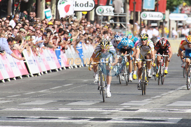 Mark Cavendish sprints for the line in the final stage to Paris in the 2009 Tour de France, 26th July 2009 (Photo by Manus OReilly/NEWSFILE)