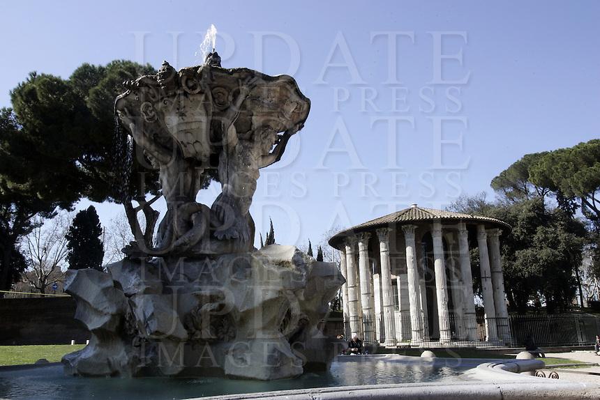 La  Fontana dei Tritoni, in primo piano, ed il Tempio di Ercole Vincitore a Roma.<br /> The Fountain of the Tritons, foreground, and the Temple of Hercules Victor, in Rome.<br /> UPDATE IMAGES PRESS/Riccardo De Luca