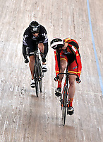 CALI – COLOMBIA – 01-03-2014: Matthew Archibald (Izq.) de Nueva Zelanda y Juan Peralta (Der.) de España en la prueba Embalaje Hombres 1/16 en el Velodromo Alcides Nieto Patiño, sede del Campeonato Mundial UCI de Ciclismo Pista 2014. / Matthew Archibald (L) of New Zealand and Juan Peralta (R) of Spain during the test of Men´s Sprint 1/16 in Alcides Nieto Patiño Velodrome, home of the 2014 UCI Track Cycling World Championships. Photos: VizzorImage / Luis Ramirez / Staff.
