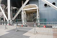 """BARCELONA, ESPANHA, 04 DE MAIO DE 2012 - REFORCO SEGURANCA BARCELO ENCONTRO BANCO CENTRAL EUROPEU - Movimento de policiais ao redor do hotel Arts, onde membros do Banco Central Europeu estao hospedados para encontro na cidade de Barcelona. O dispositivo de segurança maior na capital catalã, após os Jogos Olímpicos foi lançado ontem com a implantação de 8.000 tropas compostas por agentes da polícia catalã (4.500) e policiais nacionais e guardas-civis (3.500). A cidade de Barcelona está sob rigorosas medidas de segurança por causa da reunião anual do Banco Central Europeu (BCE) fora de Frankfurt. Algumas zonas da cidade estão vedadas e a fronteira com França esta controlada para evitar a entrada de manifestantes violentos. O tema central do encontro é """"Depois da austeridade, o crescimento"""". (FOTO: VANESSA CARVALHO / BRAZIL PHOTO PRESS)."""