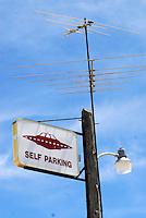 4415 /Little A'Le'Inn: AMERIKA, VEREINIGTE STAATEN VON AMERIKA, NEVADA,  (AMERICA, UNITED STATES OF AMERICA), 03.06.2006: Untertassen Parkplatz.. Eine kleine Kneipe, das Little A'Le'Inn, mit Bildern von UFO-Sichtungen an den Wänden und einem gehörigen Stapel zum Thema passenden Lesestoffs, laedt Reisende zur Rast. Auch Essen und Uebernachtungen werden dort angeboten. Einige Besucher hatten dort sogar ihre eigene Begegnung der dritten Art, in Form von unueblichen Lichterscheinungen entlang des Highways 375, der mittlerweile auch offiziell Extraterrestrial Highway heisst. In den meisten Faellen ließen sich diese Erscheinungen jedoch auf Kampfjets des Uebungsgelaendes Nellis Range zurueckfuehren...