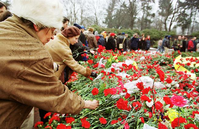 Zum Gedenken an die vor 81 Jahren am 15. Januar 1919 ermordeten Rosa Luxemburg und Karl Liebknecht kamen 80.000 Menschen zur Gedenkstaette der Sozialisten nach Berlin-Friedrichsfelde. Die Veranstaltung wurde von 2.000 Polizisten, darunter etliche Scharfschuetzen, gesichert.<br /> Am Wochenende zuvor wurde das Gedenken von Polizei und Innensenat wegen einer ominoesen Anschlagsdrohung verboten.<br /> Hier: Teilnehmerinnen der Veranstaltung legen Nelken nieder.<br /> Berlin, 15.1.2000<br /> Copyright: Christian-Ditsch.de<br /> [Inhaltsveraendernde Manipulation des Fotos nur nach ausdruecklicher Genehmigung des Fotografen. Vereinbarungen ueber Abtretung von Persoenlichkeitsrechten/Model Release der abgebildeten Person/Personen liegen nicht vor. NO MODEL RELEASE! Nur fuer Redaktionelle Zwecke. Don't publish without copyright Christian-Ditsch.de, Veroeffentlichung nur mit Fotografennennung, sowie gegen Honorar, MwSt. und Beleg. Konto: I N G - D i B a, IBAN DE58500105175400192269, BIC INGDDEFFXXX, Kontakt: post@christian-ditsch.de<br /> Bei der Bearbeitung der Dateiinformationen darf die Urheberkennzeichnung in den EXIF- und  IPTC-Daten nicht entfernt werden, diese sind in digitalen Medien nach &sect;95c UrhG rechtlich gesch&uuml;tzt. Der Urhebervermerk wird gemaess &sect;13 UrhG verlangt.]