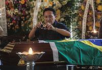 RIO DE JANEIRO, 07 DE DEZEMBRO 2012 - MORTE OSCAR NIEMEYER - Popular aproveita para fotografar o arquiteto durante velorio do arquiteto Oscar Niemeyer no Palacio da Cidade (sede da Prefeitura do Rio de Janeiro) no bairro de Botafogo regiao sul da capital fluminensena manha desta quinta-feira, 07 dezembro. O arquiteto morreu na quarta-feira, 05 dezembro à noite vítima de infecção respiratória, aos 104 anos. FOTO: VANESSA CARVALHO - BRAZIL PHOTO PRESS.