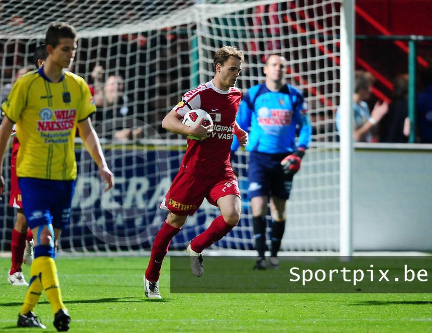 KV Kortrijk- KVC Westerlo : Brecht Capon zet de bal terug op de middenstip na zijn gescoorde strafschop..foto VDB / BART VANDENBROUCKE