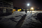 NIEUWEGEIN - In Nieuwegein starten medewerkers van aannemersbedrijf Kwakkenbos uit Harmelen de bouw van de openbare school De Toonladder, in de koude ochtend op met koffie en een een krantje in de keet. Om zeven uur precies gaat men de school binnen, om radio's, machines en lampen aan te zetten, batterijen op te laden, en een planning te maken voor de dag. Wegens het slechte weer arrivern de mannen die buiten aan het dak werken, pas later die dag. Vanwege de kou binnen, dragen de meeste mannen mutsen op het hoofd en handschoenen. De bouw van de school gaat ongeveer 2,6 miljoen euro kosten. COPYRIGHT TON BORSBOOM