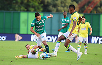 BARRANCABERMEJA - COLOMBIA, 25-01-2020: Andrés Arroyo del Deportivo Cali disputa el balón con el Atlético Bucarmanga durante partido entre Atlético Bucaramanga y Deportivo Cali por la fecha 1 de la Liga BetPlay I 2020 jugado en el estadio Daniel Vlilla Zapata de la ciudad de Barrancabermeja. / Andres Arroyo of Deportivo Cali struggles the ball with Atletico Bucaramanga during match between Atletico Bucaramanga and Deportivo Cali for the date 1 as part of BetPlay League I 2020 played at Daniel Villa Zapata stadium in Barrancabermeja. Photo: VizzorImage / Jaime Moreno / Cont /