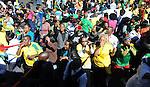FUDBAL, JOHANEZBURG, 08. Jun. 2010. - Navijaci ispred hotela reprezentacije Srbije.Navijaci Juzne Afrike izasli su na ulice Johanezburga da pozdrave pored svojih fudbalera i ostale goste. Foto: Nenad Negovanovic