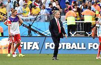 FUSSBALL WM 2014                ACHTELFINALE Argentinien - Schweiz                  01.07.2014 Trainer Ottmar Hitzfeld (re, Schweiz) verlaesst nach dem Abpfiff enttaeuscht den Platz