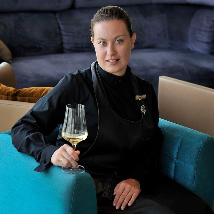 """Karine Tinon, sommelière au restaurant """"les Trois Forts"""", hôtel Sofitel; Marseille (13)"""