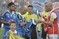 BOGOTÁ -COLOMBIA, 13-09-2014. Mayer Candelo (Centro Izq) capitan de Millonarios y Omar Perez (Der) captian de Santa Fe intercambian camisetas previo al encuentro entre Independiente Santa Fe y Millonarios por la fecha 9 de la Liga Postobón II 2014 jugado en el estadio Nemesio Camacho El Campín de la ciudad de Bogotá./ Mayer Candelo (Center L) captain of Millonarios and Omar Perez (R) captain of Santa Fe  exchanged shirts during the formal events prior the match between Independiente Santa Fe and Millonarios for the 9th date of the Postobon League II 2014 played at Nemesio Camacho El Campin stadium in Bogotá city. Photo: VizzorImage/ Gabriel Aponte / Staff