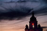 Europe/France/Poitou-Charentes/17/Charente-Maritime/La Rochelle: Crépuscule sur la tour de l'horloge sur le Vieux Port