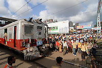 "Asien Suedasien Indien Bombay , S-Bahn Zuege befoerdern taeglich Millionen von Pendlern zwischen Zentrum und Suburbans  - Transport xagndaz | .South asia India Mumbai , commuter in city train of western railways - transport .| [ copyright (c) Joerg Boethling / agenda , Veroeffentlichung nur gegen Honorar und Belegexemplar an / publication only with royalties and copy to:  agenda PG   Rothestr. 66   Germany D-22765 Hamburg   ph. ++49 40 391 907 14   e-mail: boethling@agenda-fototext.de   www.agenda-fototext.de   Bank: Hamburger Sparkasse  BLZ 200 505 50  Kto. 1281 120 178   IBAN: DE96 2005 0550 1281 1201 78   BIC: ""HASPDEHH"" ,  WEITERE MOTIVE ZU DIESEM THEMA SIND VORHANDEN!! MORE PICTURES ON THIS SUBJECT AVAILABLE!!  ] [#0,26,121#]"