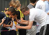 Julian Draxler (Deutschland Germany) gibt den wartenden Fans Autogramme und macht Selfies - 04.06.2019: Training der Deutschen Nationalmannschaft zur EM-Qualifikation in Venlo/NL