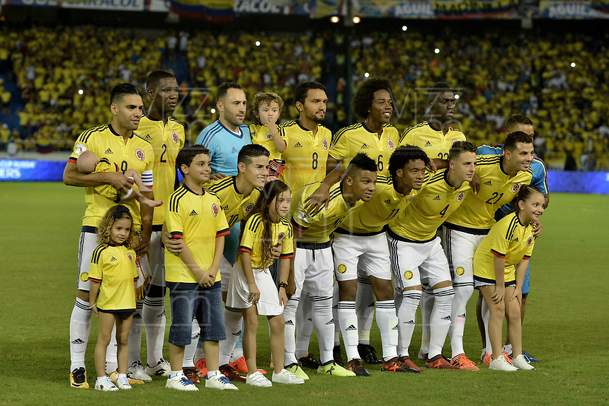 BARRANQUILLA - COLOMBIA - 05-10-2017:  Jugadores de Colombia posan para una foto durante los actos protocolarios previo al partido por la fecha 17 de la clasificatoria a la Copa Mundial de la FIFA Rusia 2018 jugado en el estadio Metropolitano Roberto Melendez en Barranquilla. / Players of Colombia pose to a photo during the formal events prior a match for the date 17 of the qualifier to FIFA World Cup Russia 2018 played at Metropolitan stadium Roberto Melendez in Barranquilla. Photo: VizzorImage/ Gabriel Aponte / Staff