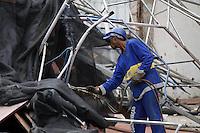 RIO DE JANEIRO, RJ, 05 JUNHO 2012 - DESABAMENTO RIO DE JANEIRO - Operários trabalham na retirada de uma estrutura metálica que desabou interditando ambos os sentidos da Avenida Afrânio de Mello Franco, no Leblon, zona sul do Rio. O incidente ocorreu na madrugada de terça-feira em frente ao prédio número 296, onde já funcionou a casa de shows Scala Rio. A estrutura de cerca de 15 metros de altura era utilizada em uma reforma no local, que será transformado em uma concessionária de veículos importados (FOTO: GUTO MAIA / BRAZIL PHOTO PRESS).