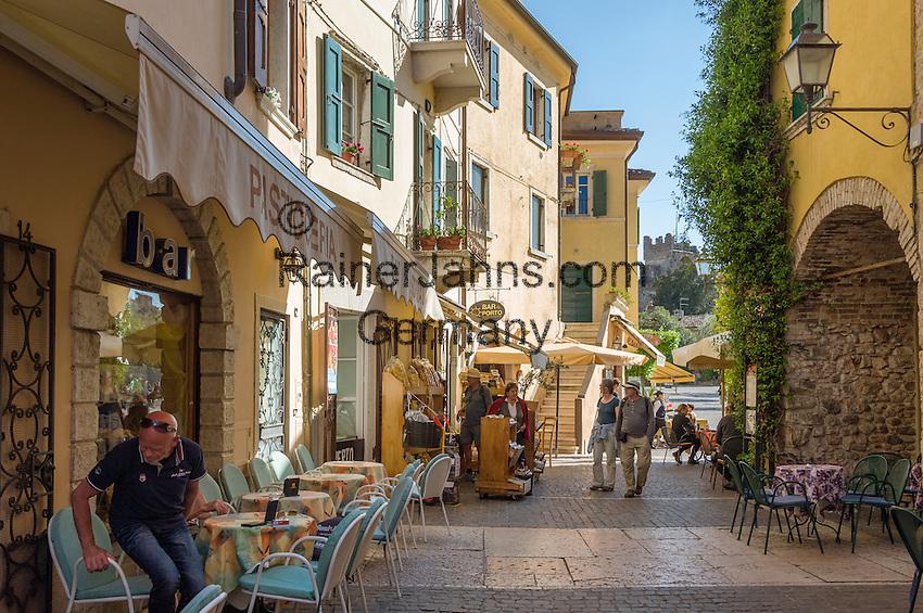 Italy, Veneto, Lake Garda, Torri del Benaco: old town lane | Italien, Venetien, Gardasee, Torri del Benaco: Altstadtgasse