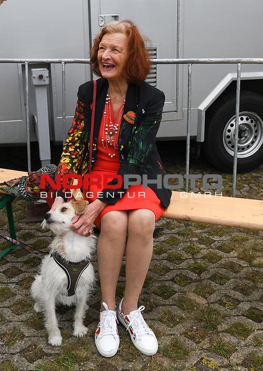 07.07.2019,  Lueneburg, Rote Rosen Fantag,  im Bild Brigitte Antonius und Betty Foto © nordphoto / Witke
