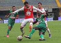 BOGOTÁ -COLOMBIA-02-ABRIL-2016.Yulian Anchico (Izq) de Independiente Santa Fe  disputa el balón con Jesus Murillo (Der) de Patriotas durante partido por la fecha 11 de Liga Águila I 2016 jugado en el estadio Nemesio Camacho El Campin de Bogotá./ Yulian Anchico (L) of Independiente Santa Fe  fights for the ball with Jesus Murillo (R) of  Patriotas  during the match for the date 11 of the Aguila League I 2016 played at Nemesio Camacho El Campin stadium in Bogota. Photo: VizzorImage / Felipe Caicedo / Staff