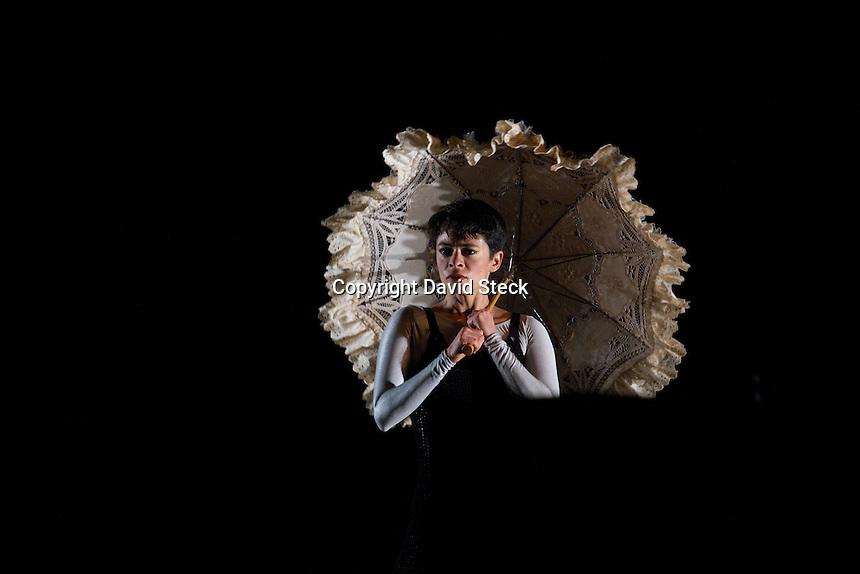 M&eacute;xico, D.F. 15 Diciembre, 2014.-  Con motivo de hacer un homenaje a Guillermina Bravo en su primer aniversario luctuoso las compa&ntilde;&iacute;as &quot;Dramadanza&quot; de Rossanna Filomarino y &quot;Epicentro&quot;, compa&ntilde;&iacute;a titular del Colegio Nacional de Danza con sede en la ciudad de Quer&eacute;taro, realizaron una funci&oacute;n con entrada libre para todo p&uacute;blico que llen&oacute; totalmente el recinto central de Bellas Artes.<br /> <br /> El evento inici&oacute; con la presentaci&oacute;n del video Huellas, de Mario Villa, con m&uacute;sica de Gabriela Ortiz y Herbert V&aacute;zquez, seguido de una presentaci&oacute;n corta de &quot;Epicentro&quot; a cargo de los core&oacute;grafos Orlando Sheker y Rossanna Filomarino para seguir con el solo &quot;Guillermina: memorias del coraz&oacute;n&quot; a cargo de Rossanna Filomarino y ejecutada por la bailarina Itzel Zavaleta. <br /> <br /> Para cerrar con broche de oro, la compa&ntilde;&iacute;a &quot;Epicentro&quot; volvi&oacute; al escenario con una coreograf&iacute;a de Desiderio Daxuni S&aacute;nchez: &quot;La Noche de los Mayas&quot;, con la pieza musical del mismo nombre del compositor mexicano Silvestre Revueltas. <br />  <br /> <br /> Foto: David Steck / Obture