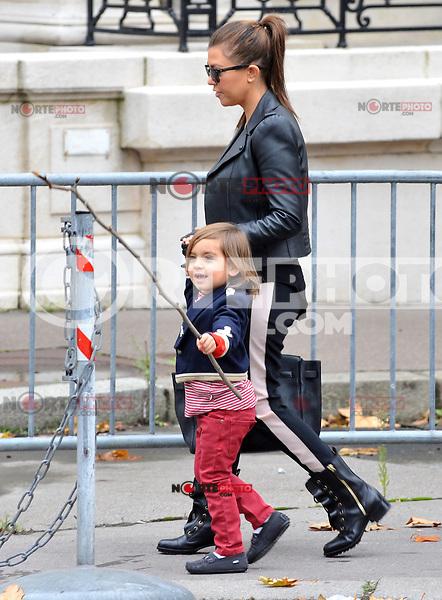 Kourtney Kardashian, her son Mason and a few friends stroll toward the 'Arc de Triomphe', then take a pedicab back to their hotel, in Paris, France, on November 13 2012.<br /> (KDENA/NortePhoto)