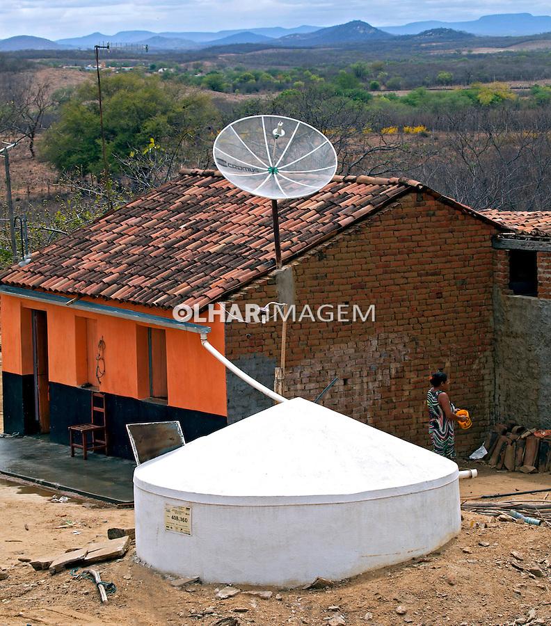 Casa com cisterna ou cacimba no Sitio Caja, Sertao do Pajeu.  Flores. Pernambuco. 2013. Foto de Rogerio Reis.