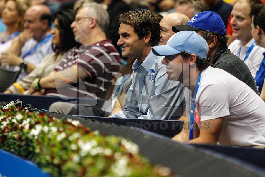 SAO PAULO, SP, 07 DEZEMBRO 2012 - GILLETTE FEDERER TOUR 2012 - Roger Federer acompanha a partida entre as  tenistas dinamarquesa Caroline Wozniacki,  durante partida contra a russa Maria Sharapova no internacional Gillette Federer Tour 2012 no Ginasio do Ibirapuera na noite desta sexta-feira, 07. (FOTO: WILLIAM VOLCOV / BRAZIL PHOTO PRESS).