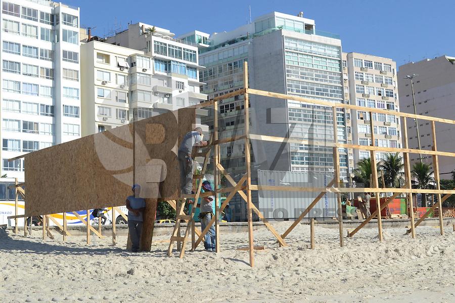 RIO DE JANEIRO, RJ, 03 AGOSTO 2012 - CONSTRUCAO DE QUIOSQUE- Construcao de quiosque mais moderno ocupa uma faixa da areia da praia,nesta sextaa-feira, dia 03, no centro do rio.(FOTO:MARCELO FONSECA / BRAZIL PHOTO PRESS).