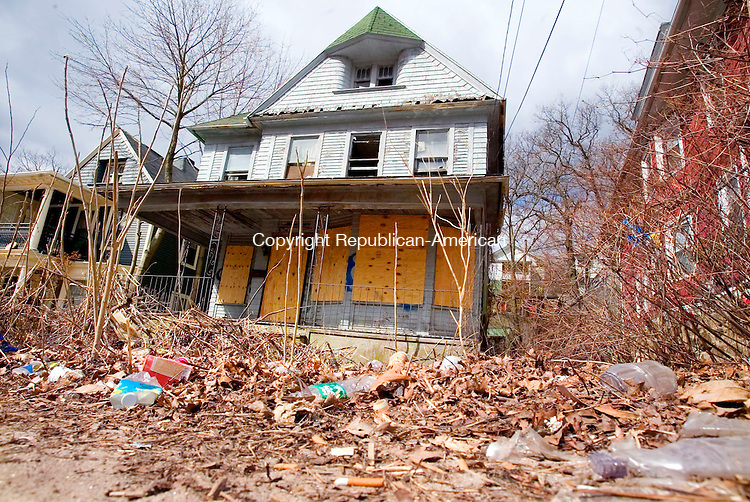 WATERBURY, CT. 10 April 2007-041007SV06--A house at 347 Willow Street is vacant and strewn with litter in Waterbury.<br /> Steven Valenti Republican-American