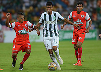 MEDELLIN - COLOMBIA -15 -03-2015: Jonathan Mejia (Cent.) jugador de Atletico Nacional disputa el balón con John Varela (Der.) jugador de Cortulua, durante partido por la fecha 13 entre Atletico Nacional, y Cortulua, de la Liga Aguila I-2015, en el estadio Atanasio Girardot de la ciudad de Medellin.   / Jonathan Mejia (C), player of Atletico Nacional fights for the ball with John Varela (L) player of Cortulua,  during a match of the 13 date between Atletico Nacional, and Cortulua, for the Liga Aguila I -2015 at the Atanasio Girardot stadium in Medellin city. Photo: VizzorImage. / Leon Monsalve / Str.