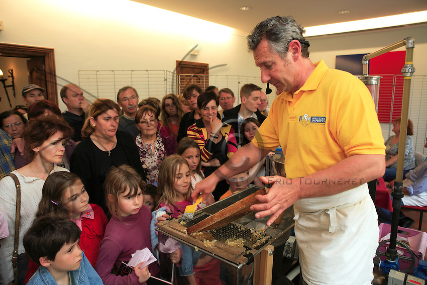 At the Mouans-Sartoux Honey Festival, in the Alpes-Maritimes, a beekeeper welcomes a fascinated public at a tasting session in a reconstructed honey house.