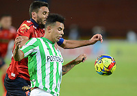 MEDELLÍN -COLOMBIA-13-09-2014. Edwin Cardona (Der) jugador de Atlético Nacional disputa el balón con Diego Herner (Izq) jugador de Independiente Medellín durante partido por la fecha 9 de la Liga Postobón II 2014 jugado en el estadio Atanasio Girardot de la ciudad de Medellín./ Edwin Cardona (R) player of Atletico Nacional  fights for the ball with Diego Herner (L) player of Independiente Medellin during the match for the 9th date of the Postobon League II 2014 at Atanasio Girardot stadium in Medellin city. Photo: VizzorImage/Luis Ríos/STR