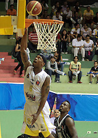 BUCARAMANGA -COLOMBIA, 30-05-2013. Nicholas Covington  (I) de Búcaros disputa el balón con Thomas Tayron (D) de Piratas durante el juego 3 de los PlayOffs de la  Liga DirecTV de baloncesto Profesional de Colombia realizado en el Coliseo Vicente Díaz Romero de Bucaramanga./  Nicholas Covington  (L) of Bucaros fights for the ball with Piratas player Thomas Tayron (D) during the PlayOffs game 3 of  DirecTV professional basketball League in Colombia at Vicente Diaz Romero coliseum in Bucaramanga. Photo: VizzorImage / Jaime Moreno / STR