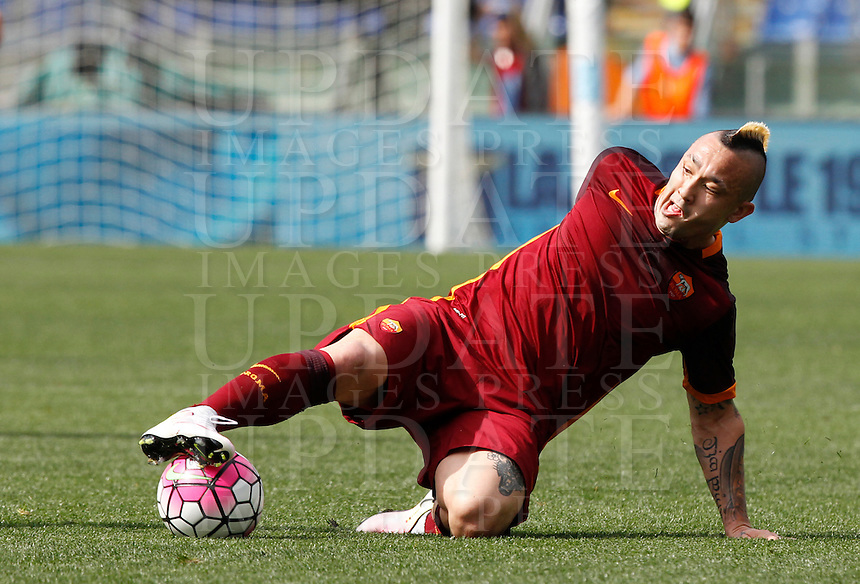 Calcio, Serie A: Lazio vs Roma. Roma, stadio Olimpico, 3 aprile 2016.<br /> Roma&rsquo;s Radja Nainggolan in action during the Italian Serie A football match between Lazio and Roma at Rome's Olympic stadium, 3 April 2016.<br /> UPDATE IMAGES PRESS/Riccardo De Luca