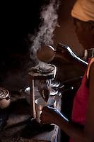 Diamantina_MG, Brasil...Dona de casa preparando cafe em Diamantina, Minas Gerais...A housewife preparing coffee in Diamantina, Minas Gerais...Foto: LEO DRUMOND / NITRO