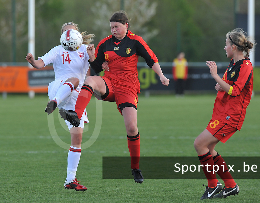 UEFA Women's Under 17 Championship - Second Qualifying round - group 1 : Belgium - England : .Sofie Huyghebaert klimt hoger dan Frances Steele (links) en Magalie Verbeeck (rechts).foto DAVID CATRY / Vrouwenteam.be