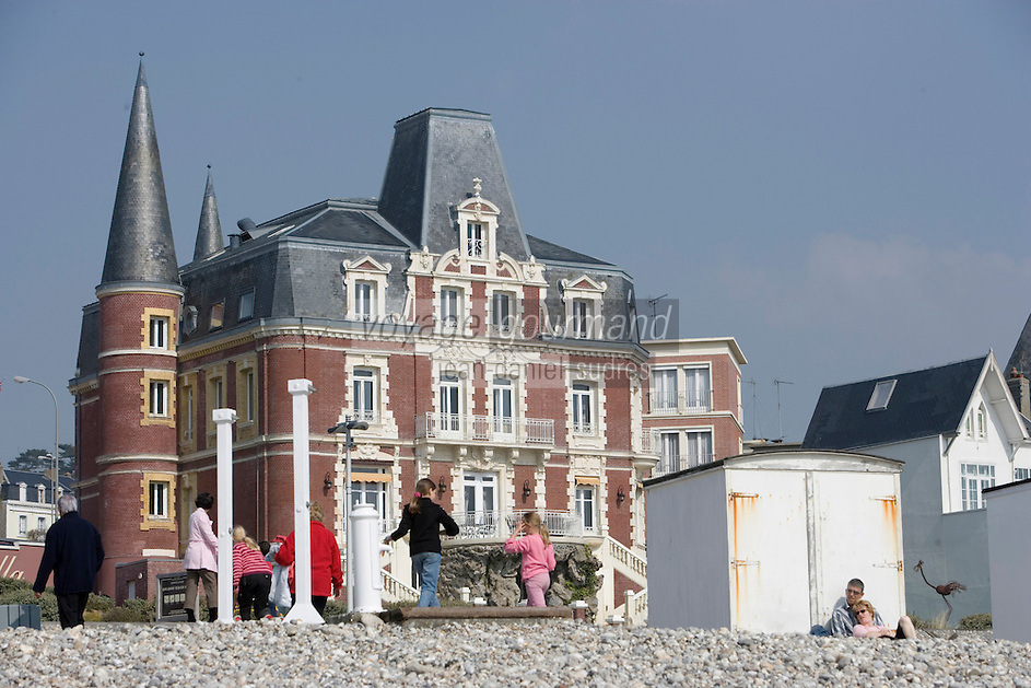 """Europe/France/Haute-Normandie/76/Seine-Maritime/Le Havre: la plage de galets - le front de mer et """"La Villa"""" maison XIX qui a été la propriété d'Armand Salacrou [et qui abrite desormais un restaurant]"""