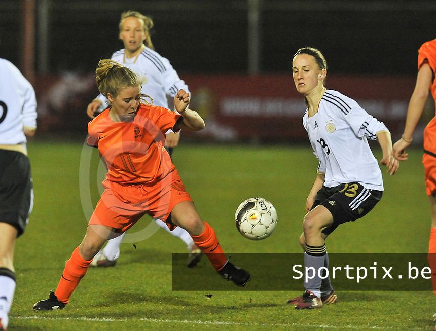U17  Netherlands - U17 Germany : duel tussen Suzanne Admiraal (links) en Michaela Brandenburg.foto DAVID CATRY / Vrouwenteam.be