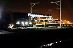 WOERDEN - In Woerden heeft Prorail naast het bestaande spoor tussen Utrecht en Den Haag/Rotterdam een keerspoor aangelegd. Naast het verplaatsen van een overweginstallatie, verbreden van de lokale overweg en aanbrengen van nieuwe wissels en bovenleiding, is een elfhonderd meter lange spoorbaan aangelegd, waarop treinen van het Randstadspoor kunnen stoppen, en de machinisten van plaats kunnen veranderen. Het keerspoor, dat meer verkeer tussen Woerden en Utrecht mogelijk moet maken, zal volgend jaar in juni in de dienstregeling worden opgenomen. Vanwege de werkzaamheden was het treinverkeer stopgezet, en kon het werk niet alleen overdag maar ook 'avonds worden uitgevoerd. De verlichting rechtsachter is van de snelweg A12. COPYRIGHT TON BORSBOOM