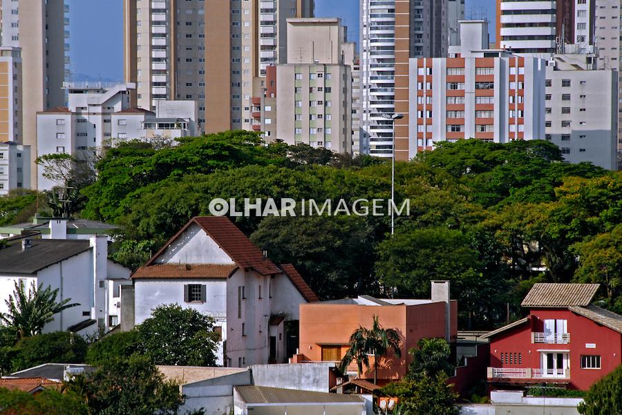 Casas e predios classe alta no bairro Pacaembu. São Paulo. 2007. Foto de Juca Martins.