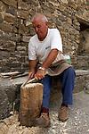 Sclupteur de cuillières en buis dans le village de Buerba? Pyrénées centrales. Parc national D'ordesa et du Mont Perdu. Patrimoine mondial de l'Unesco. Espagne.The Spanish Pyrenees. Spain.