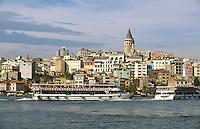 Türkei, Blick von Eminönüt in Istanbul über das Goldene Horn auf Karaköy und Galata Turm (Galata Kulezi)