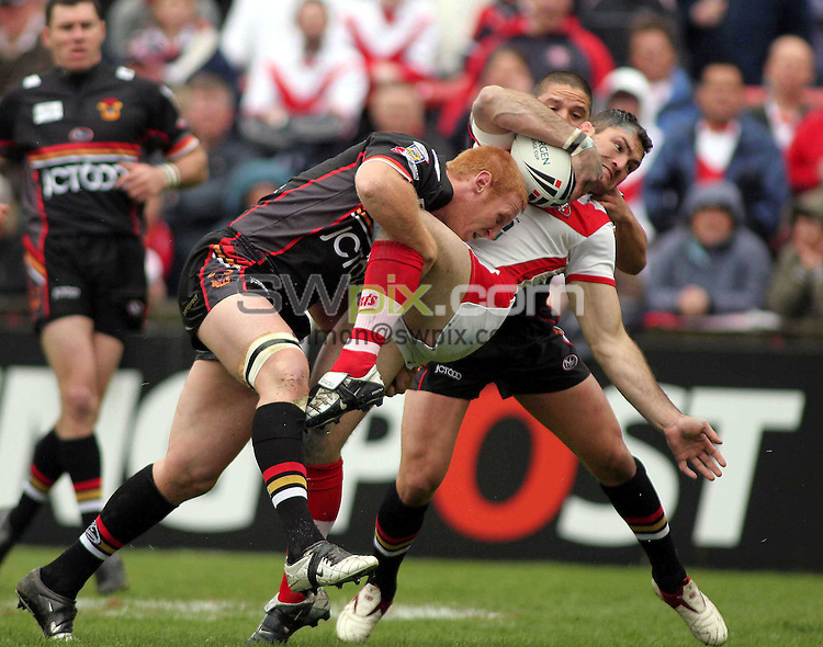 PICTURE BY VAUGHN RIDLEY/SWPIX.COM -  Rugby League - Challenge Cup, Round 5 - St. Helens v Bradford - St. Helens, England - 20/05/06...? Simon Wilkinson - 07811 267706...St. Helens' Jason Hooper (C) gets tackled by Bradford's Brad Myers (L) and Shontayne Hape (R).
