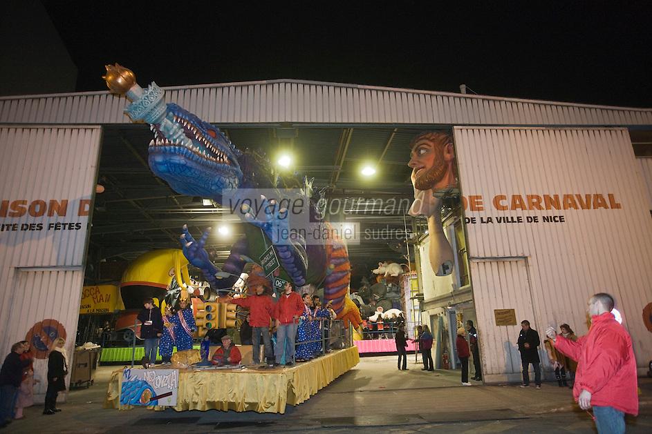Europe/France/06/Alpes-Maritimes/Nice: les chars quittent la Maison du Carnaval pour le Défilé Nocturne du Carnaval de Nice