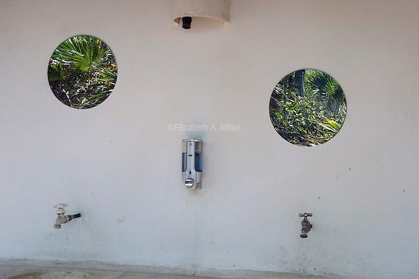 Sinks at Papaya Playa.